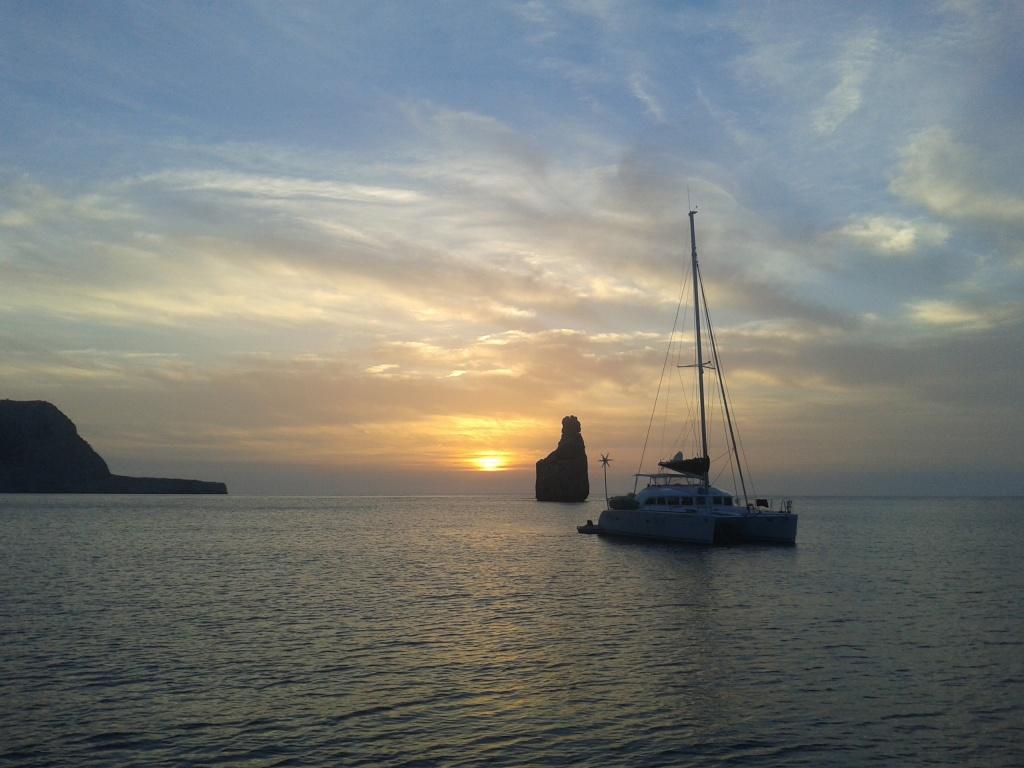 Cala de Benirras en Ibiza, puesta de sol y tamborrada por grupos de hippies